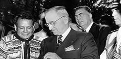 Sehen Sie Fotos durch und hören die Rede von Präsidenten Truman