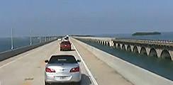 Regardez une vidéo en passant sur l'Overseas Highway (l'autoroute sur la mer)
